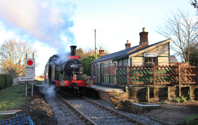 Joem on its way through Scruton rebuilt station on the tail of the 10.30 from Leeming Bar Santa Special - Maurice Burns