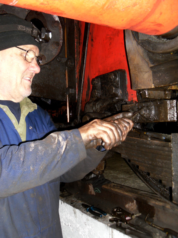 Colin Foxton removing split pins from horn stay bolts - Andy Lowes